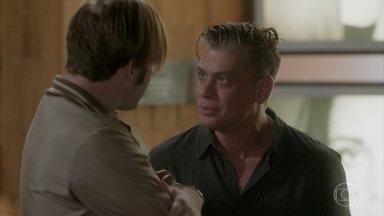 Arthur acredita que Carol esteja empurrando Rafael pra cima de Eliza - O dono da Excalibur tenta não se abater e diz que vai confiar na namorada. Adele conta para Max que reativou seu perfil no aplicativo sapeca