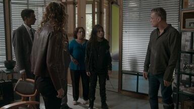 Jojô interrompe briga entre Natasha e Arthur - Os pais da adolescente discutem porque nenhum dos dois quer viver longe da filha