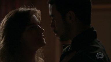 Sofia avisa a Jacaré que não irá embora antes de se livrar de Eliza - Ela pede ao namorado que venda as joias roubadas do cofre e providencie seus passaportes falsos