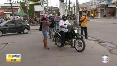 Sem alternativa de ônibus, passageiros enfrentam dificuldades em Olinda - Relatos é de preços altos em mototáxi e carros particulares no dia que rodoviários fazem paralisação.