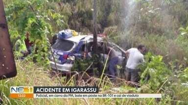 Policial com carro da PM bate em poste e cai de viaduto, na BR-101 - Acidente aconteceu em Igarassu neste sábado (5).