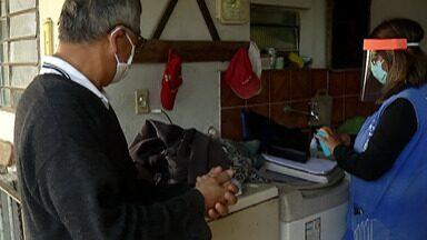 Mogi das Cruzes monitora saúde da população com mais de 60 anos - Equipes estão realizando visitas domiciliares aos idosos cadastrados, para avaliar a taxa de oxigênio e procurar sintomas de Covid-19.