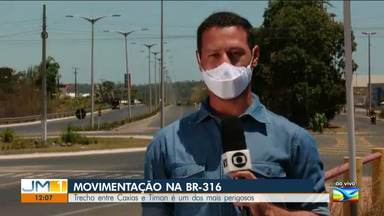 Movimentação intensa na BR-316 entre Caxias e Timon - Na Região dos Cocais tem muito fluxo de veículos neste fim de semana.