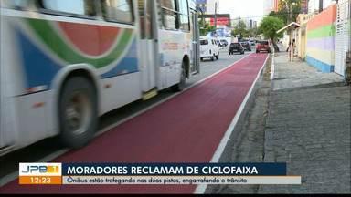 Ônibus trafegam ocupando vias de ciclofaixa, na Capital - Moradores e ciclistas reclamam da condução dos ônibus