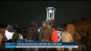 Prefeitura faz fiscalização no Centro de Curitiba - Fiscais encontraram aglomerações e pessoas sem máscara.