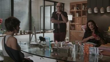 Carolina demite Leila - Leila desconfia da atitude de Carolina, que a indica para outra revista. Pietro também suspeita de Carol, mas ela não confirma a armação nem o vazamento das fotos