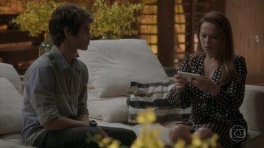 Fabinho mostra para Lili as fotos de Eliza - Lili fica chocada ao ver as imagens de Eliza dormindo com Rafael