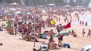 Feriado tem pontos de aglomeração pelo país - Na Zona Sul do Rio, a proibição de ficar na areia não foi respeitada mais uma vez.