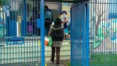 Escolas de algumas regiões do Rio Grande do Sul estão autorizadas a reabrir - No Rio Grande do Sul, 11 regiões estão autorizadas a retomar as aulas presenciais a partir desta terça-feira (8). Quem volta à escola primeiro são os alunos mais novos.