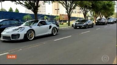 Operação contra lavagem de dinheiro e contrabando de carros prende três pessoas, no PR - Alguns modelos chegaram a custar mais de R$ 2 milhões. A ação foi em conjunto entre a Receita e a Polícia Federal.