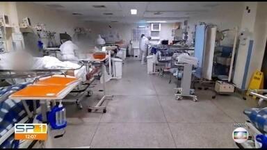 São Paulo tem queda na taxa de internações por Covid-19 - Segundo levantamento, o número de leitos de UTI ocupados nas unidades de saúde está menor desde junho, mas ainda há espera por vagas de terapia intensiva nos hospitais.