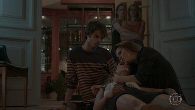 Sofia faz revelação a Lili e morre nos braços da mãe - A jovem conta que nunca soube o que é amor e diz que nunca amou ninguém na vida. Lili implora que os paramédicos tragam sua filha de volta. Lorena e Yasmin chegam ao restaurante em busca de informações