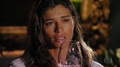 Ester sofre com a morte de Cassiano - Alberto tenta brindar ao amigo, mas ela não consegue beber o vinho