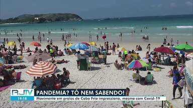 Mesmo com a pandemia da Covid-19, as praias ficam lotadas no feriadão em Cabo Frio, no RJ - Ambulantes foram autorizados a trabalhar nas areias, mas permanência continua suspensa.