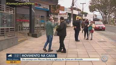 Dia começa com filas em frente a agência da Caixa em Alvorada - Assista ao vídeo.