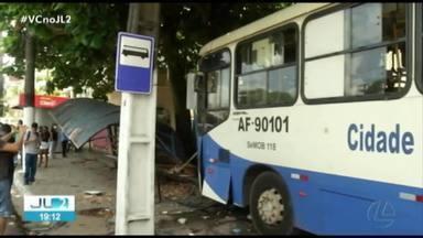 Passageiros de ônibus ficam feridos em acidente na av. Almirante Barroso, em Belém - Motorista perdeu controle do veículo, subiu a calçada e derrubou um abrigo e parte de muro de uma escola estadual.