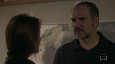 Lili reata casamento com Germano - Ela rompe com Rafael na frente do marido. Germano e Lili ouvem Fabinho cantando para Cassandra no quarto