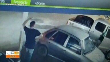 Polícia Militar prende dois homens suspeitos de furtar carros, em Itaberaí - Segundo a polícia, os criminosos usavam um controle que impedia a trava das portas.