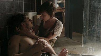Rafael revela a Leila que Carolina dopou Eliza - Leila cuida de Rafael. O fotógrafo leva um tombo no banheiro e Leila o socorre