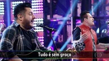 Bruno e Marrone cantam 'Choram as Rosas' - Confira a apresentação apaixonada da dupla.