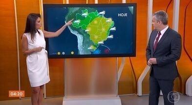 Previsão alerta para risco de ciclone bomba no Sul do país - Segundo a meteorologia, o ciclone bomba deve ser menos intenso do que atingiu o Sul do país em julho. A semana começa com tempo seco e quente em boa parte do país.