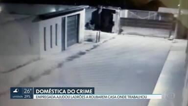 Empregada doméstica é presa por ajudar criminosos a roubarem casa de ex-patrões - Segundo a polícia, a jovem entregou cópias de chaves da casa e deu informações aos bandidos.