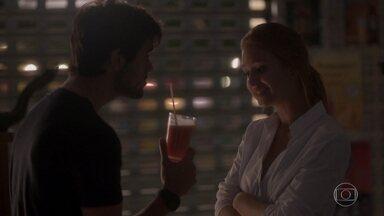 Eliza e Jonatas se beijam - A modelo prepara um suco para Jonatas e os dois se entregam à paixão