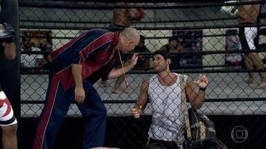 Wallace e Dagmar se atrasam - Enquanto o lutador explica a Clint que se atrasou para o treino por um motivo justo, Dagmar tranquiliza Guaracy no Tupinambar