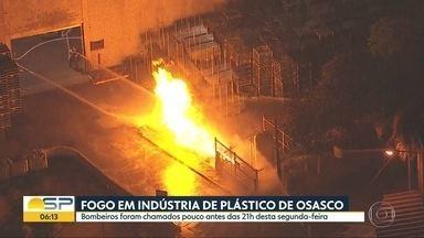 Bombeiros combateram incêndio em fábrica de plástico em Osasco - Caso ocorreu na noite desta segunda-feira e não teve vítimas.