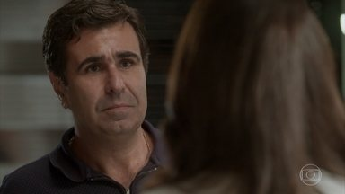 Hugo faz uma lista de exigências para Carolina se manter no emprego - O dono da revista exige que Carol peça desculpas a Germano, Leila e Eliza