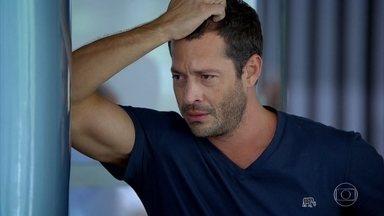 Quinzé se desespera no aeroporto - Depois que o avião decola, o rapaz liga para Griselda e diz que está pensando em ir para os Estados Unidos atrás da amada