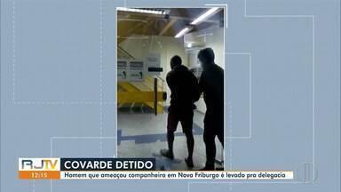 Homem é preso após agredir e ameaçar companheira em Nova Friburgo, no RJ - De acordo com a DEAM, o homem não se conformava com o fim do relacionamento. Ele já tinha passagem pela polícia por violência doméstica e vai responder por ameaça.