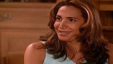 Capítulo de 13/10/2001 - Lucas se desespera ao saber da morte do irmão. Nazira desmaia ao saber que não ficou rica. Latiffa se emociona ao entrar em sua casa. Jade marca um encontro com Lucas.