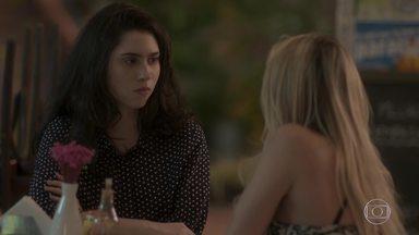 Suely tenta se aproximar de Débora - Charles deixa a namorada a sós com a mãe. Suely diz que quer conhecer melhor a filha e se surpreende ao saber que a jovem é virgem