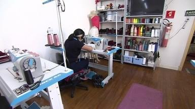 ONG promove relações justas de trabalho para imigrantes no setor de confecção de roupas - Projeto social ajuda trabalhadores na cadeia da moda, principalmente em São Paulo, o principal pólo têxtil do Brasil. Durante a pandemia, o foco é na produção de máscaras.