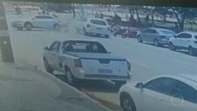 No Recife, acidente na orla da praia de Boa Viagem deixa quatro pessoas feridas - Imagens mostram o acidente. Dois pedestres, um ciclista e uma motorista ficaram feridos. O Instituto de Criminalística vai investigar o caso.