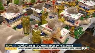 Famílias de estudantes da rede estadual recebem alimentos - Entrega é feita hoje em escolas estaduais para beneficiários do Bolsa Família.