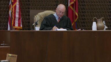 Caos no Tribunal - Os jurados ouvem os argumentos finais e, quando as deliberações começam, as instruções do juiz parecem confundir o júri, criando um caos total no tribunal.