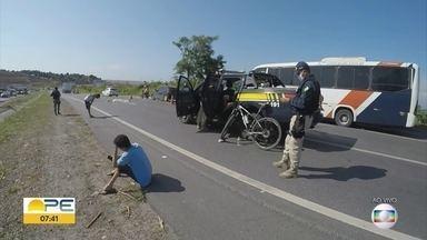 Ciclista morre ao tentar fugir de assalto na BR-101 - Segundo a PRF, dois homens surgiram no matagal e tentaram assaltar a vítima.