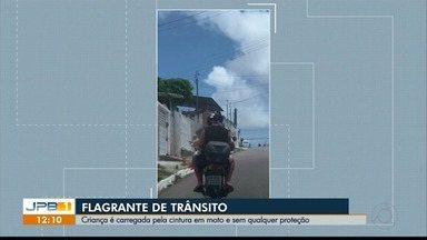 Criança é carregada pela cintura em moto, sem qualquer proteção, na PB - Flagrante de trânsito.