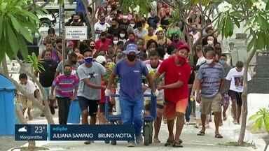 Corpo de menino atingido por postes é enterrado em Nova Iguaçu - Samuel estava no intervalo de um jogo de futebol quando foi atingido pelos postes que estavam empilhados próximos ao campo, no bairro Barro Vermelho, na segunda-feira (28). Samuca, como era conhecido, foi atingido nas pernas e na cabeça.