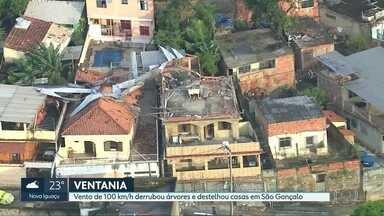 Vento de 100km/h derrubou árvores e destelhou casas em São Gonçalo - Ventania provocou quedas de árvores, destelhamento de casas e quedas de postes. Mais de 40 mil pessoas ficaram sem energia elétrica.