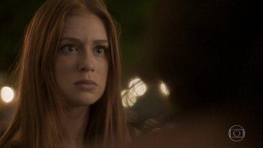Eliza aceita retirar a queixa contra Carolina - A jornalista se ajoelha aos pés de Eliza e explica que não vai conseguir adotar Gabriel se a modelo mantiver o processo
