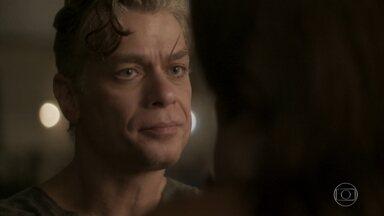 Arthur pede que Carolina não desista de Gabriel - O empresário sugere que Carol encontre uma forma de adotar o menino e oferece ajuda. Jonatas defende Riscado para Eliza e Gilda. A jornalista chora no quarto que prepaou para o filho adotivo