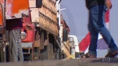 Caminhoneiros denunciam assédio de contrabandistas na fronteira com o Paraguai - Bandidos abordam os motoristas na fila de caminhões para escapar da fiscalização. Fronteira entre Brasil e Paraguai está fechada e só pode ser cruzada por caminhões que fazem transporte internacional de cargas.