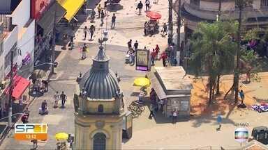 Consumidores lotam as ruas do comércio popular da capital - Mesmo com o calor de quase 40 graus, muita gente passou pela região de Santo Amaro, na zona sul de São Paulo.