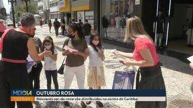 Máscaras cor-de-rosa são distribuídas no centro de Curitiba - Dez mil máscaras devem ser distribuídas.