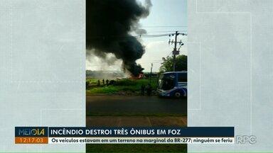 Incêndio destrói três ônibus em Foz do Iguaçu - Os veículos estavam em um terreno na marginal da BR-277. Ninguém se feriu.