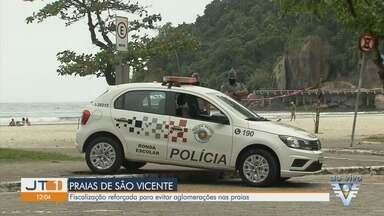 Mesmo com tempo nublado, moradores e turistas aproveitam a praia na Baixada Santista - Fiscalização foi intensificada em São Vicente.