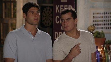 Ciro surpreende Isabel com um jantar - Amadeu e Rodrigo ficam loucos com a atitude do amigo, que quer usar seus dotes culinários para conquistar a tenente